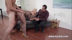 Image Bucetinha loira safada metendo com amante na frente do marido