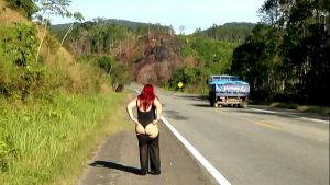 Image Bia Costa Mostrando a Bunda na Rodovia