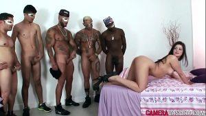 Image Morena faz sexo anal com cinco homens
